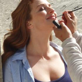 Corinne werkt Tilly's make-up bij